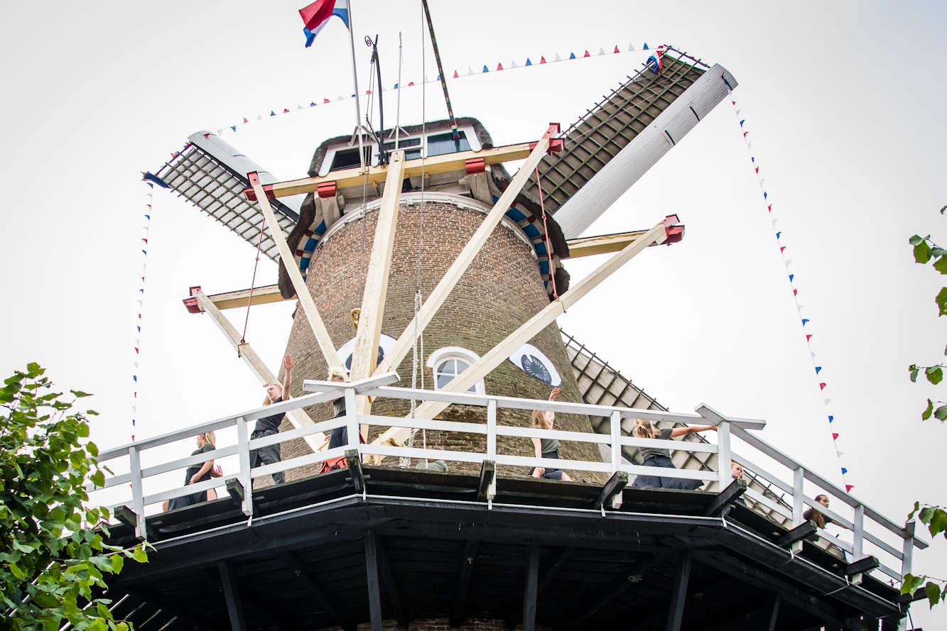 Het optreden tijdens de opening van de molenmarkt vanaf de grond gezien! Foto Catalijn Adelmund