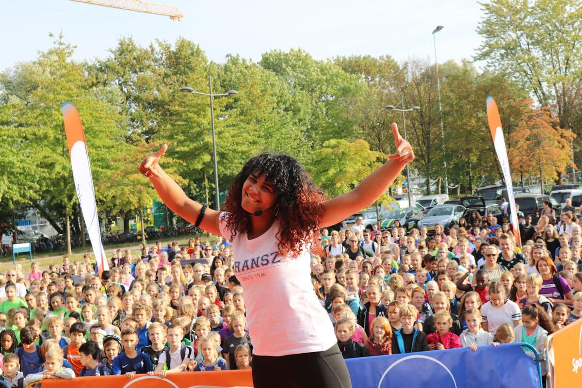 Aneesa Inaad_Mella geeft een warming up tijdens de opening van de Sport Olympiade in Wageningen